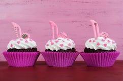 Petits gâteaux avec les chaussures stylets de fondant de talon haut Photos stock