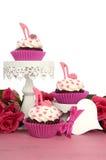 Petits gâteaux avec les chaussures stylets de fondant de talon haut Photographie stock libre de droits