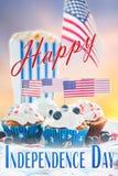 Petits gâteaux avec les drapeaux américains le Jour de la Déclaration d'Indépendance Images stock