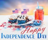 Petits gâteaux avec les drapeaux américains le Jour de la Déclaration d'Indépendance Photo stock