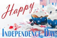 Petits gâteaux avec les drapeaux américains le Jour de la Déclaration d'Indépendance Photo libre de droits