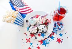 Petits gâteaux avec les drapeaux américains le Jour de la Déclaration d'Indépendance Photos libres de droits