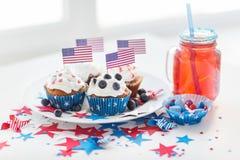 Petits gâteaux avec les drapeaux américains le Jour de la Déclaration d'Indépendance Photos stock