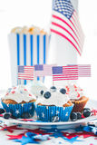 Petits gâteaux avec les drapeaux américains le Jour de la Déclaration d'Indépendance Image libre de droits