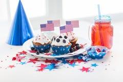 Petits gâteaux avec les drapeaux américains le Jour de la Déclaration d'Indépendance Photographie stock libre de droits
