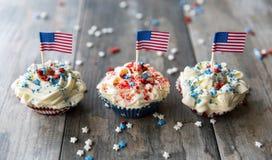 Petits gâteaux avec les drapeaux américains pour le 4ème juillet Photos libres de droits
