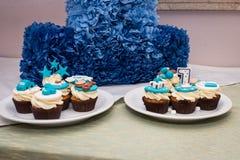 Petits gâteaux blancs et bleus pour l'anniversaire du ` s d'enfants Photos libres de droits
