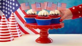 Petits gâteaux blancs et bleus rouges de thème avec des drapeaux des Etats-Unis Image stock