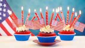 Petits gâteaux blancs et bleus rouges de thème avec des drapeaux des Etats-Unis Images libres de droits