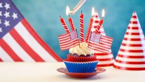 Petits gâteaux blancs et bleus rouges de thème avec des drapeaux des Etats-Unis Image libre de droits