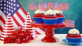 Petits gâteaux blancs et bleus rouges de thème avec des drapeaux des Etats-Unis Photographie stock