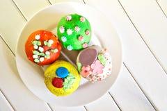 Petits gâteaux colorés délicieux - gâteaux de Pâques homemade Vue de ci-avant photo libre de droits