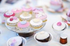 Petits gâteaux colorés délicieux pour la réception de mariage Images libres de droits