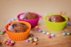 Petits gâteaux colorés de cholate Photos libres de droits