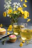 Petits gâteaux colorés de plat et de table gris Photos stock