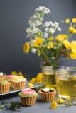 Petits gâteaux colorés de plat et de table gris Images libres de droits