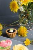 Petits gâteaux colorés de plat et de table gris Image stock