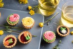 Petits gâteaux colorés de plat et de table gris Photo stock