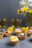 Petits gâteaux colorés de plat et de table gris Photos libres de droits