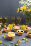 Petits gâteaux colorés de plat et de table gris Image libre de droits