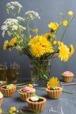 Petits gâteaux colorés de plat et de table gris Photo libre de droits
