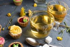 Petits gâteaux colorés de plat et de table gris Photographie stock libre de droits