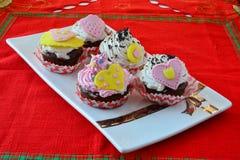 Petits gâteaux colorés de velours Photos libres de droits