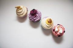 Petits gâteaux colorés sur le blanc Photographie stock libre de droits