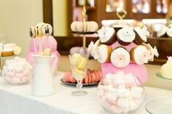 Petits gâteaux colorés sur un support rose Image libre de droits