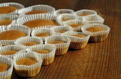 Petits gâteaux cuits au four faits maison sur la table en bois Image libre de droits