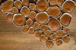 Petits gâteaux cuits au four faits maison sur la table en bois Photos stock