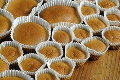 Petits gâteaux cuits au four faits maison sur la table en bois Photos libres de droits