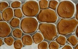 Petits gâteaux cuits au four faits maison sur le papier de support Photographie stock