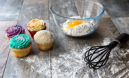 Petits gâteaux cuits au four frais avec des ustensiles de cuisine Images libres de droits