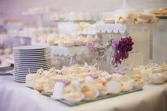 Petits gâteaux décorés blancs délicieux et savoureux à la réception de mariage Photographie stock