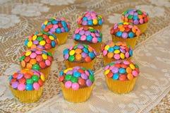 Petits gâteaux décorés colorés Photographie stock libre de droits