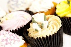 Petits gâteaux décorés colorés Image stock