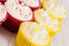 Petits gâteaux décorés colorés Photo stock