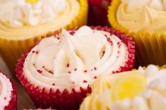 Petits gâteaux décorés colorés Photos stock