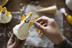 Petits gâteaux décorés comme anges de Noël Photo stock