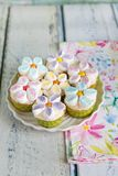 Petits gâteaux décorés des fleurs de crème et de guimauve de beurre photo stock