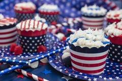 Petits gâteaux décorés pour le quatrième de la célébration de juillet Image libre de droits