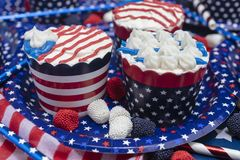Petits gâteaux décorés pour le quatrième de la célébration de juillet Images libres de droits