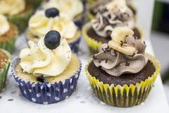 Petits gâteaux délicieux avec le buttercream et les fruits Photographie stock libre de droits