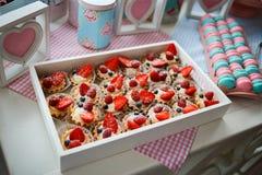 Petits gâteaux délicieux avec le remplissage et la fraise crèmes, framboise, myrtille Photos stock