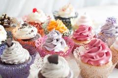 Petits gâteaux délicieux colorés Images stock