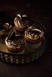 Petits gâteaux délicieux d'Oreo sur le fond foncé Foyer sélectif Photographie stock libre de droits
