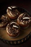 Petits gâteaux délicieux d'Oreo sur le fond foncé Foyer sélectif Images stock