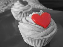 Petits gâteaux délicieux et admirablement décorés Image libre de droits
