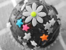 Petits gâteaux délicieux et admirablement décorés Image stock